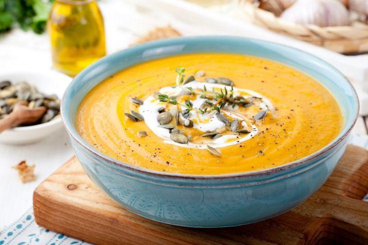 Niets is zo (hart)verwarmend als een heerlijk soepje. Het past bij elk seizoen en het kan gemaakt worden van bijna alle groenten. Naarmate het kouder wordt smaakt soep nog beter. Wij zochten 10 soepen uit die je niet mag missen! 1. Pittig gekruide wortelsoep met room 2. Supersimpele Franse uiensoep 3. Mosterdsoep 4. Thaise pompoensoep …