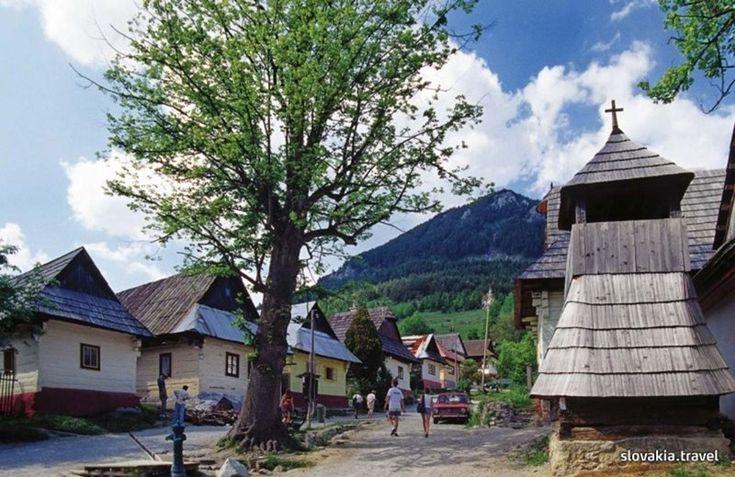 UNESCO Vlkolínec (1993)  Podhorská dedinka neďaleko mesta Ružomberok. Vo Vlkolínci sa nachádza celkom 45 domov, v ktorých dodnes žijú obyvatelia. Podľa záznamov vznikla osada v 14. až 15. storočí a dodnes ju tvoria historické drevené zrubové domy s krásnou historickou atmosférou.