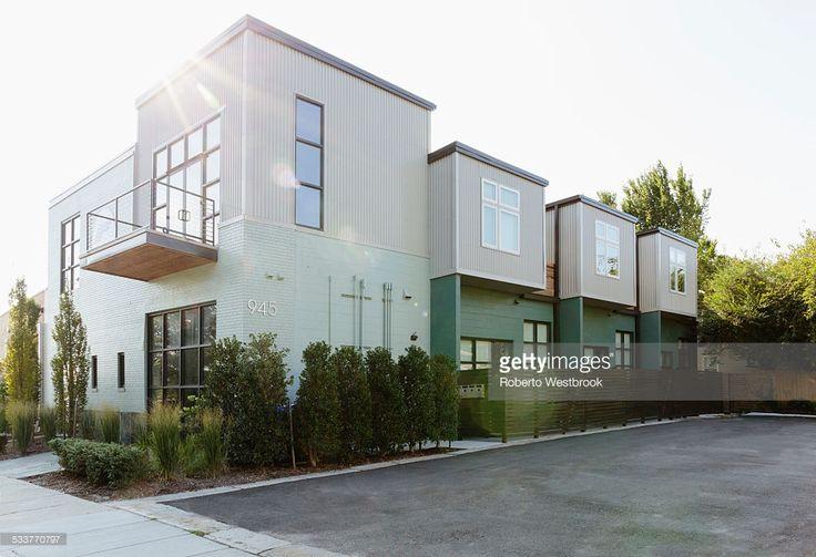 Foto de stock : Modern condo building and parking lot