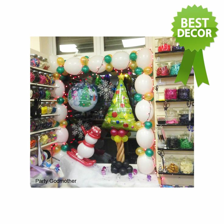 We loved this merry window display by Party Godmother! This nice mix of foils, bubbles and Quick Links create a real winter wonderland. Find a balloon professional near you. #balloon #christmas #qualatex
