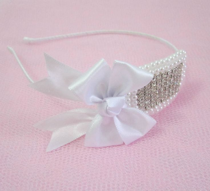 Tiara fininha de metal forrada com fita de cetim e enfeite de strass e contas plásticas de pérolas brancas.