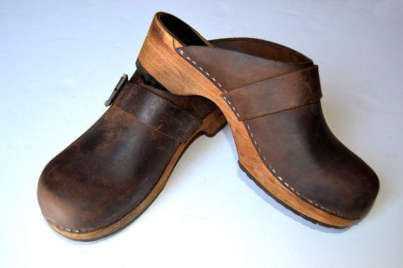 marron de madera Zuecos Zapatos de cuero Zuecos de por Limbhad, €20.00