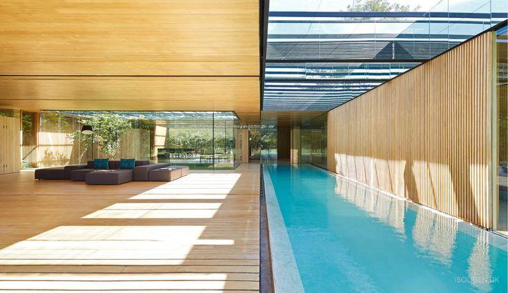 Vægge i glas og kæmpe pool der går ind i stuen