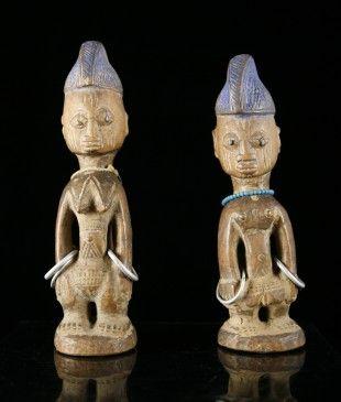 """37 Figurenpaar, """"ibeji"""" Yoruba, Nigeria (Ogbomosho) H 26,5 cm und 27,5 cm.   Provenienz: - Galerie African Curios, Johannesburg. - Südafrikanische Privatsammlung  Ausgestellt: Museum der Völker, Schwaz (2016)  Ibeji genannte Zwillingsfiguren aus der Gegend von Ogbomosho im Bundesstaat Oyo."""