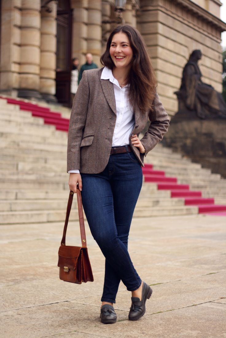 Autumn Capsule Wardrobe tips. How to wear checked blazer outfit. Jeans and white shirt