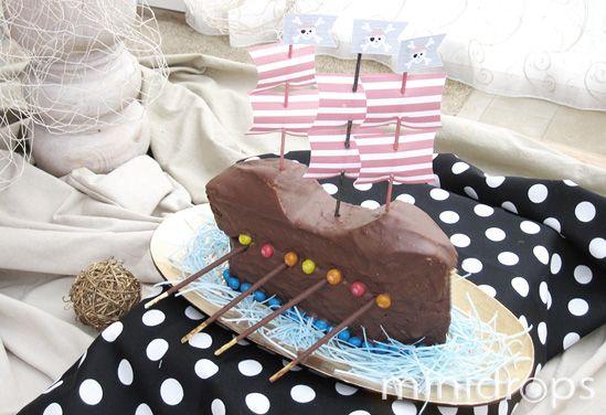 Benötigt werden ✓ zwei Kastenkuchen ✓ Schokoladenglasur ✓ Schokoladendragees ✓ Schokostäbchen Der Piratenschiffkuchen ist schnell gemacht: Backen Sie zwei Kuchen n...