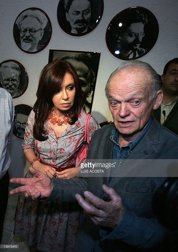 La senadora y primera dama argentina Cristina Fernandez de Kirchner (I) es recibida por Sleva Volko, nieto del legandario lider sovietico Leon Trotsky, durante una visita al museo de su abuelo en Ciudad de Mexico el 25 de abril de 2007. La senadora realiza una gira de tres dias por el pais. AFP PHOTO/Luis ACOSTA