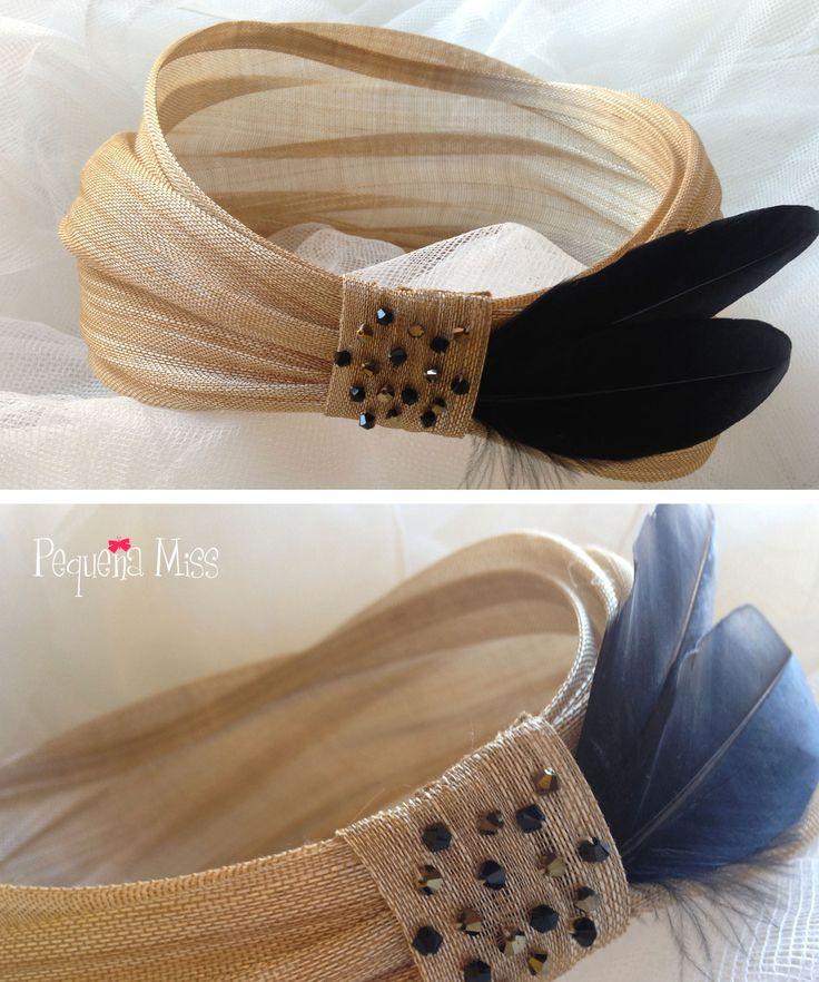 MISS CAROLINA - Tocado a modo de banda o turbante abierto, realizado en sinamay de seda dorado y adornado con plumas vintage negro intenso y cristales de swarosvki dorado y negro.