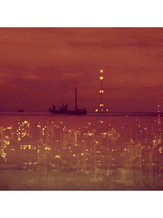 Júlia Gil - Urbanautas II -  A série é uma alegoria da experiência de transitar por uma grande metrópole na tentativa de abarca-la como um todo. A unidade do conjunto de construções forma um mar que, a pesar de sua vastidão e dos riscos, deve ser  navegado.