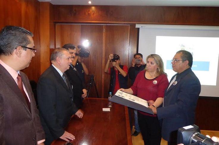 La UVAQ realizó una ceremonia para la entrega del título de Licenciada en Ciencias de la Comunicación de la joven periodista fallecida en noviembre del año pasado en Morelia durante ...