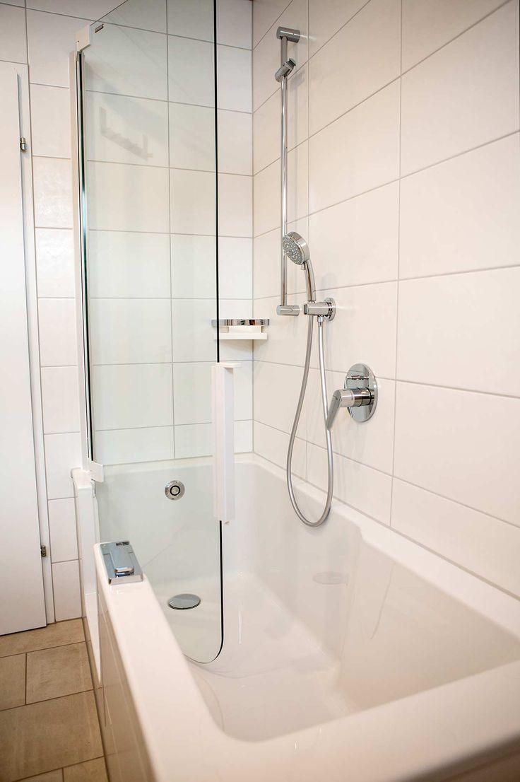 Duschbadewanne mit Tür aus Glas, viereckige Wannenform mit tiefen Einstieg an der Vorderfront, Einhebelmischer, Handbrause und Brausestange