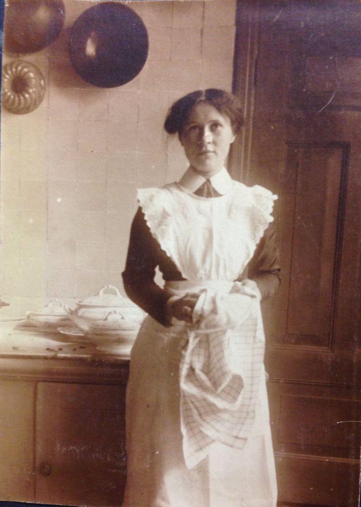 Dienstbode in de keuken van familie H. Van Slooten, Voorstraat.