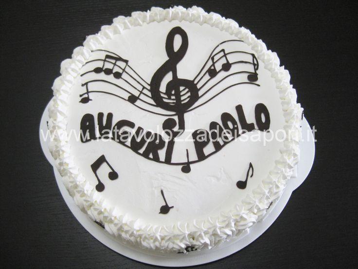 La TORTA MUSICALE CON DISEGNI DI CIOCCOLATO all'interno cela una cremosa e buonissima sorpresa.    http://www.latavolozzadeisapori.it/ricette/torta-musicale-di-panna-con-disegni-di-cioccolato