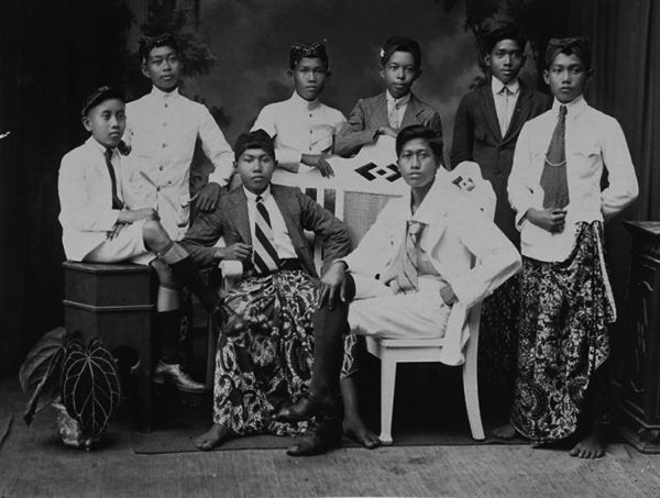 "Students of STOVIA, or ""School for the Training of Native Physicians"", Batavia (c. 1919) - Tropenmuseum"