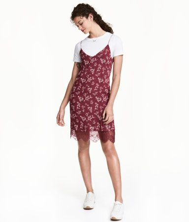 Burgundy/floral. CONSCIOUS. Short dress in chiffon with a printed pattern. V-neck and narrow shoulder straps. Lined with wide lace trim at hem. Made partly