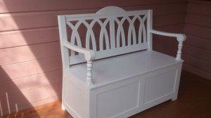Резная скамейка с ящиком для хранения. Материал: массив сосны, покрытие: белая эмаль. Цена 13000 рублей.
