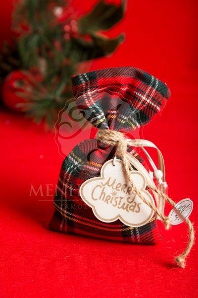 Χριστουγεννιάτικη μπομπονιέρα βάπτισης υφασμάτινο καρό πουγκί με ξύλινα διακοσμητικά με ευχές
