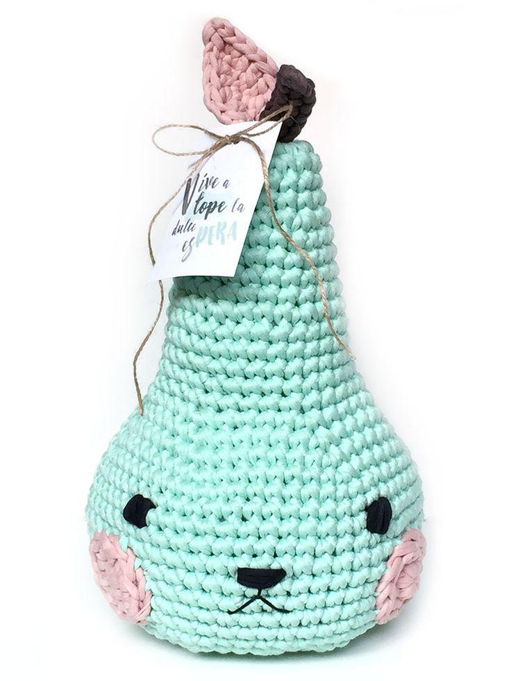 Aprende a tejer una adorable pera amigurumi de trapillo - Pirum Parum con tarjeta imprimible y patrón gratuito ¡el regalo perfecto!