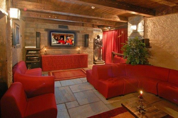 Taverna con grandi divani rossi