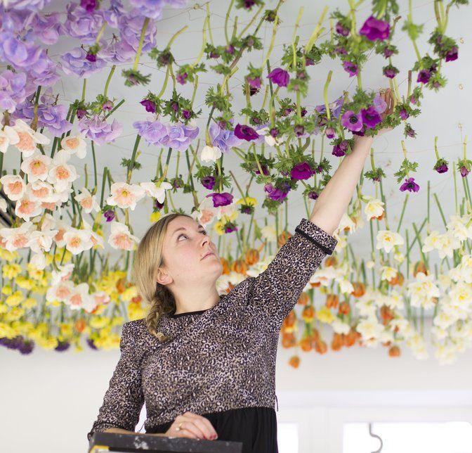 Voor The City Centre maakte Rebecca Louise Law een installatie met daarin de verzamelde vegetatie uit 34 Londense tuintjes. Tegen het plafond hangen 30.000 verse bloemen, van Engelse rozen over blauwe regen tot Japanse pioenen.©Agnese Sanvito