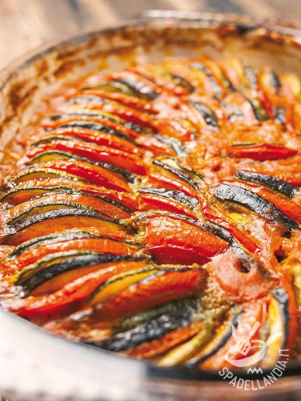La Ratatouille al forno è una ricetta leggera quanto scenografica: lascerete letteralmente a bocca aperta i vostri commensali con pochissima fatica!