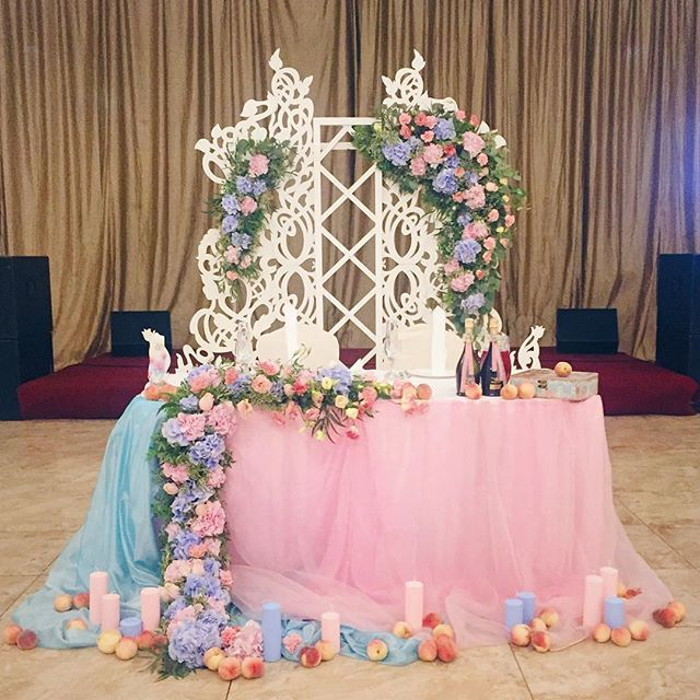 Свадьба Наташи и Сережи 16 июля:) цветовую гамму ребята выбрали самую #втренде , как повелевал #pantone , а мы с радостью поддержали её легкой садовой тематикой :)