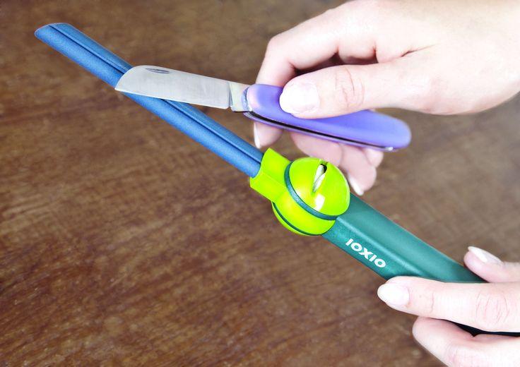 Professionelles Abziehen und komfortables Durchziehen in einem Schärfer. Mit speziell entwickelter Form des Keramik Wetzstabes und einer Spezialspitze, lassen sich Messer, Nadeln, Schnitz- und Spezialwerkzeuge mühelos schärfen.