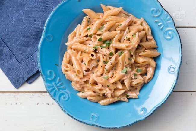 Le penne al baffo sono un primo piatto  super appetitoso. A base di panna, passata di pomodoro e prosciutto cotto sono perfette per una cena veloce!