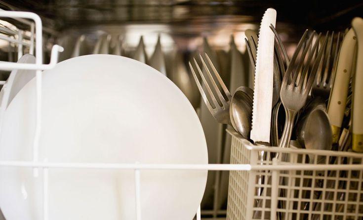 Migliore amica nelle case, la lavastoviglie è un elettrodomestico che in alcuni casa salva la vita dei pigri e rende la fine dei pasti un momento di tranquillità: lavare i piatti piace a pochi, per cui una lavastoviglie è la soluzione ideale. Ovviamente tra stoviglie, bicchieri, pentole, padelle, tazze e posate, la pulizia della lavastoviglie  … Continued