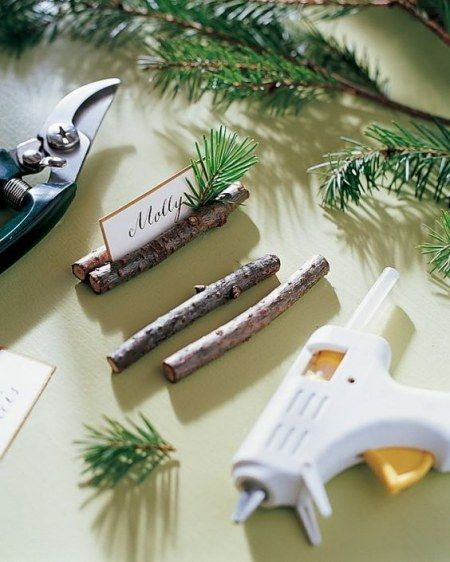 Des petits tronçons de branchettes de sapin, avec quelques épines pour tenir le carton de chaque invité.