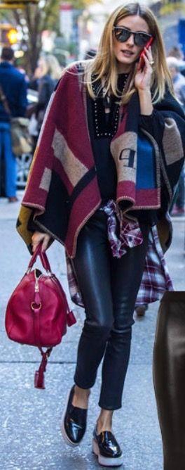 Calça couro preta Flatform Bolsa vermelha Blusa preta Manta Camisa xadrez