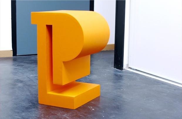 Le tabouret HIDDEN est le résultat de la mise en volume du symbole représentant les caractères invisibles des logiciels de traitement de texte. (Dispo à la médiathèque de Cangé)