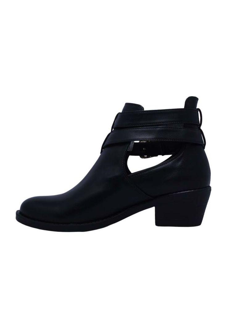 Capellada sintética negro que te brindará un look ideal.Suela en TR que te brindará una mayor estabilidad al caminar.Caña corta abierta en los costados es el toque único de estos hermosos botines.Correas en la parte superior de la caña que te brindarán seguridad al caminar.Hebillas doradas que contrastan de forma perfecta con el color negro del zapato.Tacón pequeño y grueso que te brindará mayor descanso al caminar.