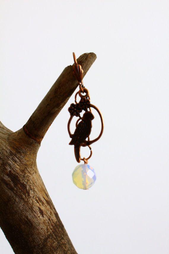 koperen oorbellen met vogel op tak en opaal van chainonyou op Etsy, €25.00