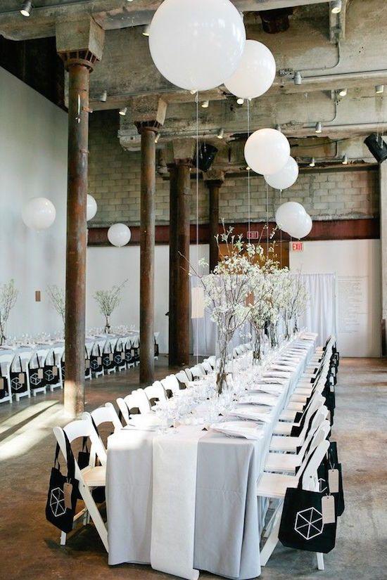 Altura y elegancia para un estilo urbano. Un detalle minimalista de globos inserto en un estilo industrial o urbano da una impresión delicada que rompe con la dureza del ambiente: Decoración con globos para una boda industrial en Brooklyn, NY. Foto: bklynbride.com