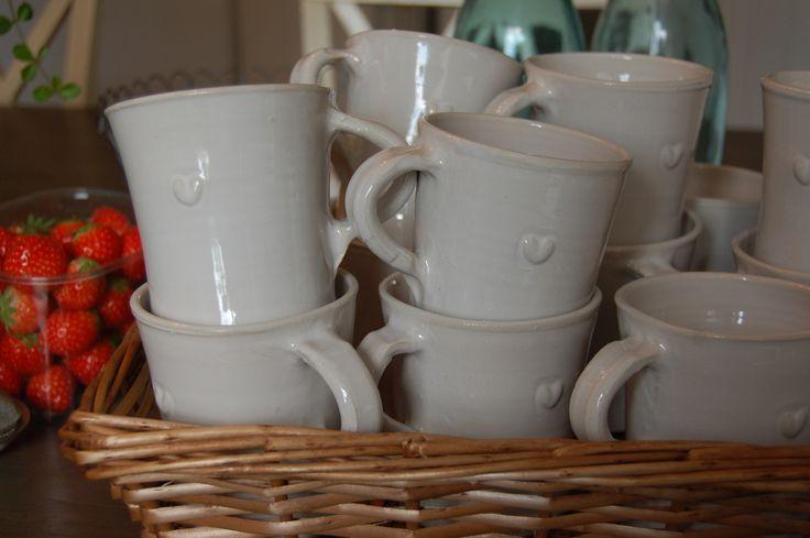 Kaffekoppar i serien Bultande hjärta från Västergårdens keramik i Göteborg Coffee in the series Beating heart from West farm pottery in Gothenburg