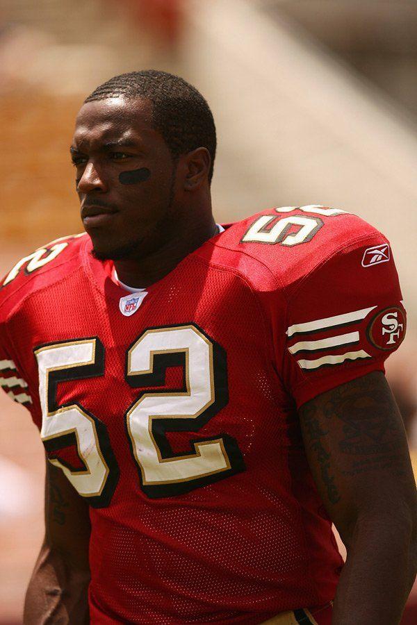 Diese Muskeln, der entschlossene Blick: Patrick Willis, Middle Linebacker der San Francisco 49ers, ist personifiziertes Sporno. Dabei hat er nicht nur sportlich was drauf, sondern hat einen Abschluss in Kriminologie und will nach seiner Karriere in diesem Feld arbeiten. Top!