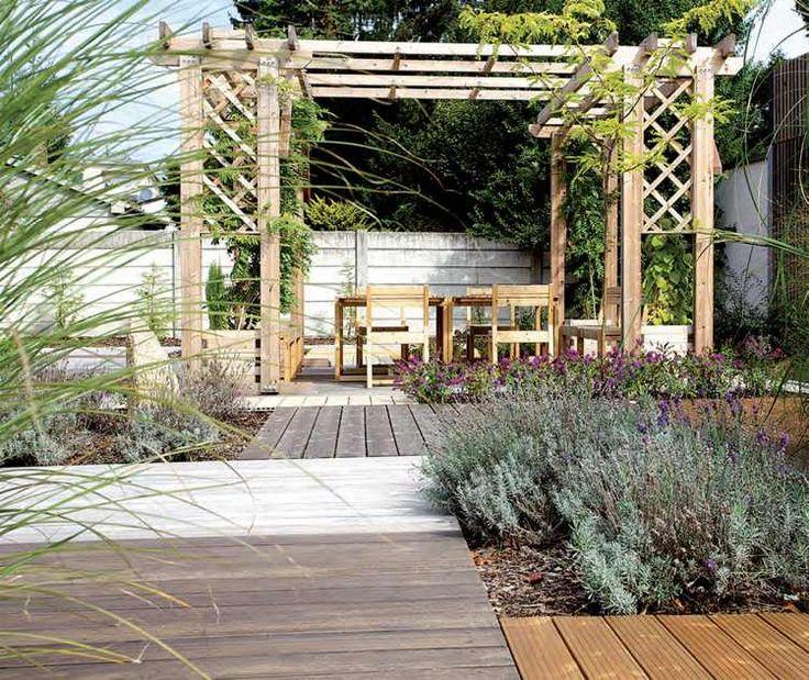 nettoyage terrasse en bois composite, pergola en bois brut et meubles