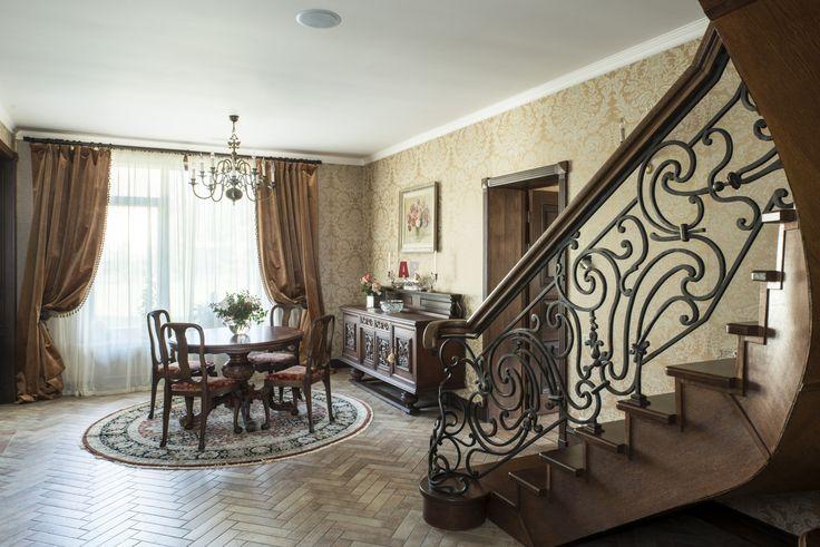 Дом в замковом стиле с антикварной мебелью