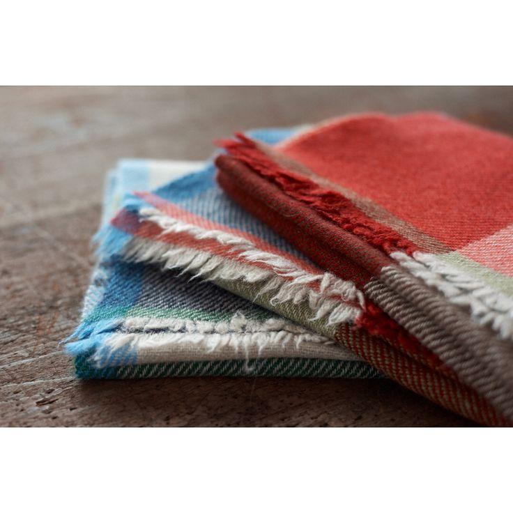 つばめ工房は明日12/29の17:00まで営業しています。写真はふわふわの温かいマフラーに仕上がった @nodoca39 さんカラーのカシミヤマフラーです。  Cashmere scarf(17-18AW-016)  #handwoven #cashmerescarf #twillweaving #tsubamekobo #カシミヤマフラー #つばめ工房