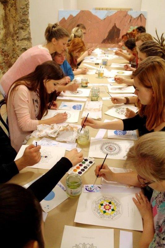 Predpísaná technika na maľovanie mandál neexistuje, no je dobré začať od stredu a farby vyberať intuitívne.