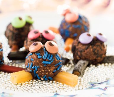 Ett roligt recept på tilltugg som ser ut som utomjordingar. Du gör havrebollar av bland annat smör, socker, havregryn och kakao. Garnera med strössel och godis så att bollarna ser ut som roliga figurer och servera på kalas!