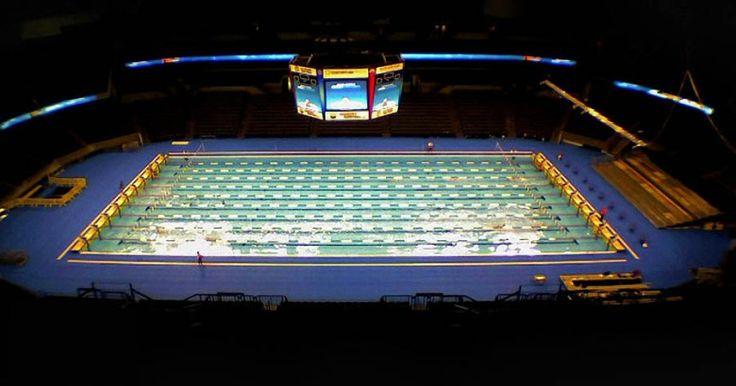 Timelapse-видео, которое показывает, как в крытом стадионе появляется олимпийский бассейн.