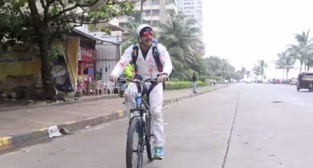 Bang Bang Dare: Farhan Akhtar cycles in a skydiving suit on Mumbai roads for Hrithik Roshan  #FarhanAkhtar   #BangBang