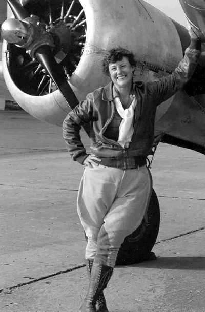 Amelia Earhart (nació en 1897 – desapareció en el océano Pacífico en  1937) fue una aviadora estadounidense, célebre por sus marcas de vuelo y por intentar el primer viaje aéreo alrededor del mundo sobre la línea ecuatorial.