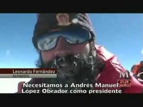 Leonardo Fernández, alpinista mexicano, colocó una bandera de apoyo a Andrés Manuel López Obrador, en la cima del mundo, el monte Everest.