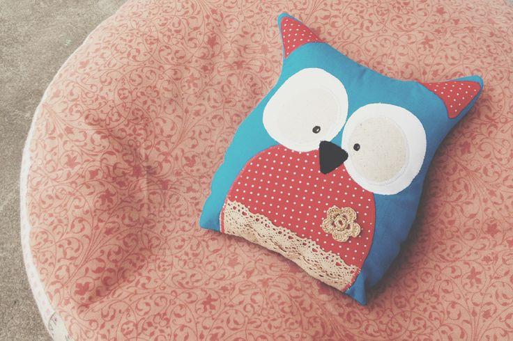 <p>Uszyj własnoręcznie wyjątkową poduszkę dekoracyjną w kształcie sowy. Doskonale sprawdzi się w salonie lub jako przytulanka w dziecięcym łóżeczku. Poduszka jasiek może również przydać się w samochodzie podczas długiej podróży. Na pewno widziałeś w sklepach wiele takich poduszek, ale teraz możesz mieć własną, wykonaną z materiałów wybranych przez Ciebie. Zobacz jakie to proste i postępuj według instrukcji.</p>