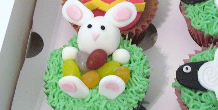 I muffin al cioccolato decorati a coniglietto sono dei dolcetti simpatici e golosi da servire per il pranzo di Pasqua.