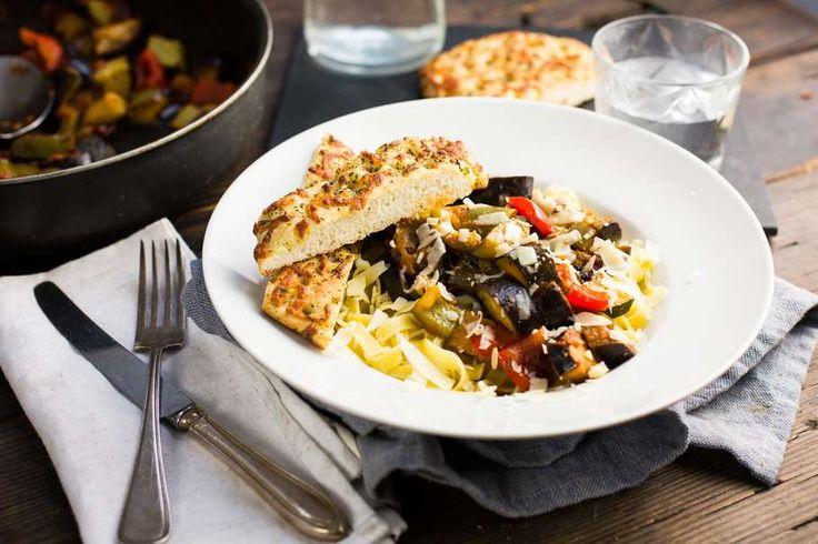 Recept voor ratatouille voor 4 personen. Met zout, water, olijfolie, peper, aubergine, romatomaat, courgette, rode paprika, tagliatelle (pasta), knoflook, ui, focaccia, gedroogde tijm en oregano