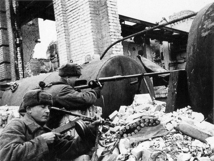 1942, Russie, Stalingrad, Soldats russes armés d'un fusil antichar PTRD-41